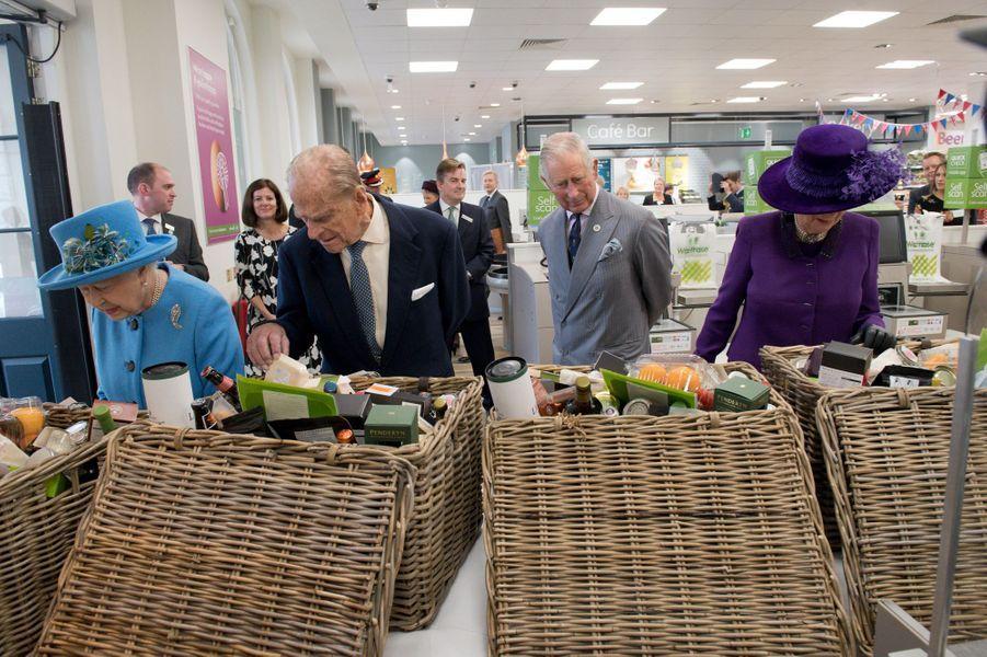 La reine Elizabeth II, les princes Philip et Charles et la duchesse de Cornouailles Camilla à Poundbury, le 27 octobre 2016