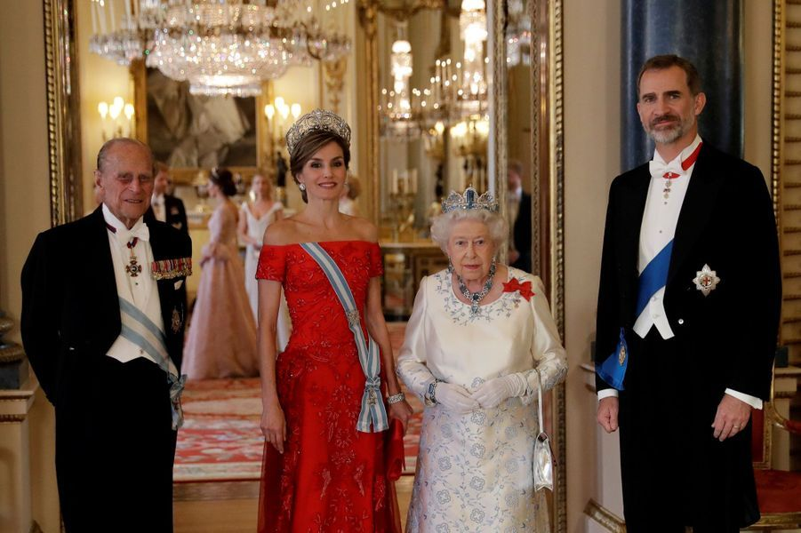 La reine Elizabeth II et le prince Philip avec la reine Letizia et le roi Felipe VI d'Espagne à Londres, le 12 juillet 2017. Au second plan la duchesse Catherine de Cambridge.