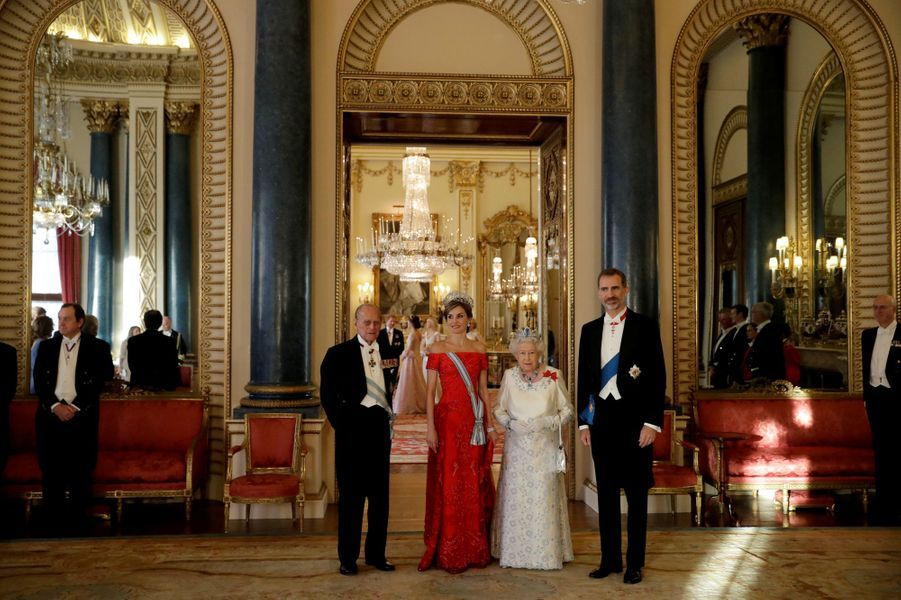 La reine Elizabeth II et le prince Philip avec la reine Letizia et le roi Felipe VI d'Espagne à Buckingham Palace à Londres, le 12 juillet 2017