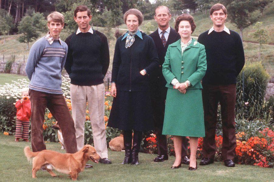 La reine Elizabeth II et le prince Philip, avec leurs quatre enfants, le 1er septembre 1979