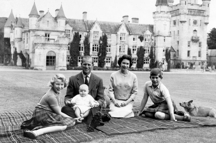 La reine Elizabeth II et le prince Philip, avec la princesse Anne et les princes Charles et Andrew, le 8 septembre 1960