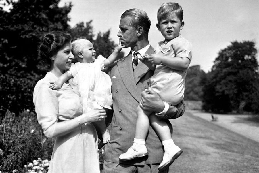 La princesse Elizabeth et le prince Philip, avec le prince Charles et la princesse Anne, le 9 août 1951