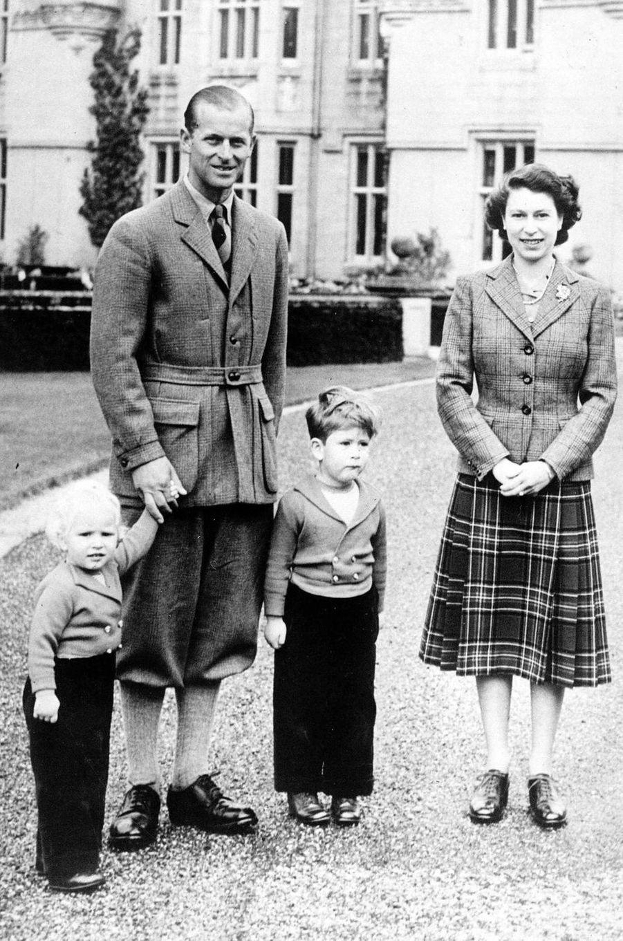 La reine Elizabeth II et le prince Philip, avec le prince Charles et la princesse Anne, le 27 septembre 1952