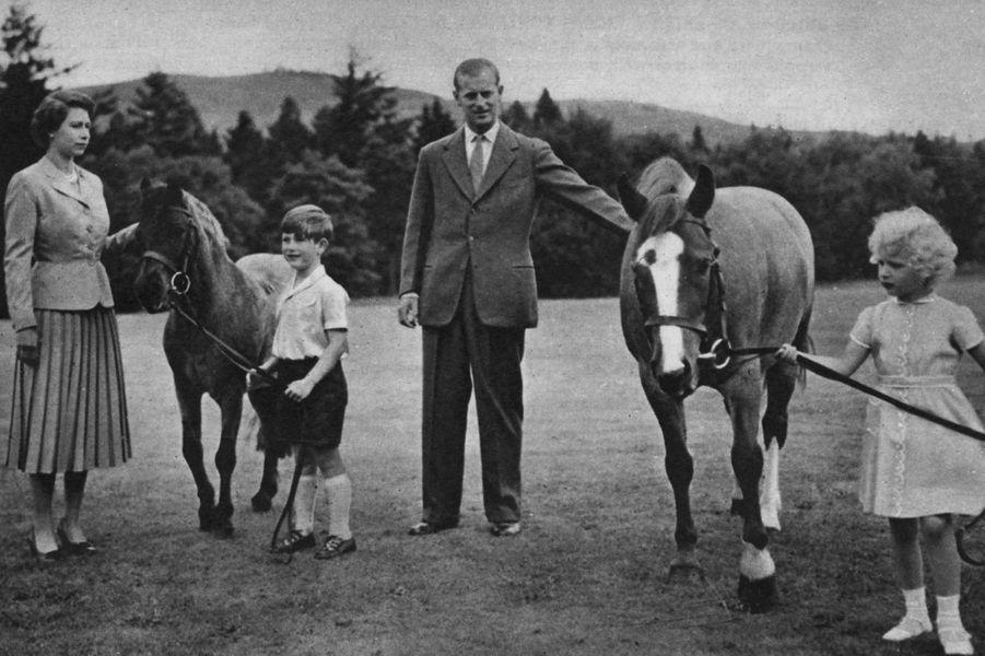 La reine Elizabeth II et le prince Philip, avec le prince Charles et la princesse Anne, en 1955