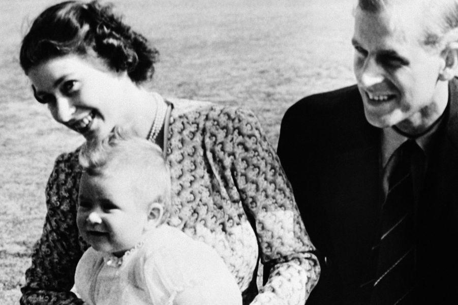 La princesse Elizabeth II et le prince Philip, avec le prince Charles, le 18 juillet 1949