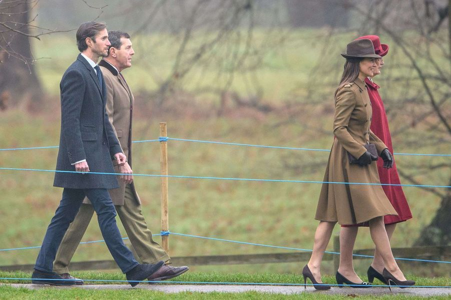 Pippa Middleton suivie de son fiancé James Matthews à Sandringham, le 8 janvier 2017