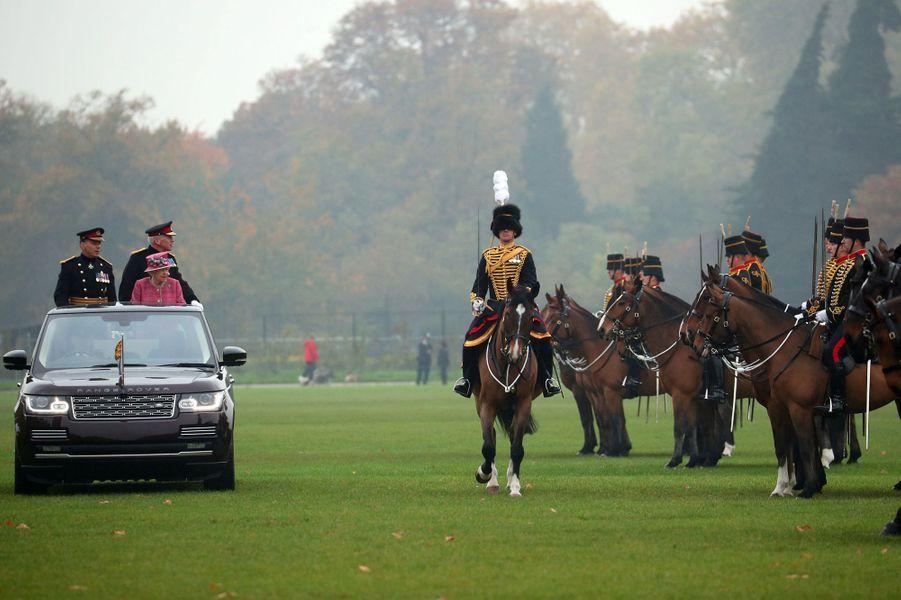 La reine Elizabeth II passe en revue le King's Troop Royal Horse Artillery à Hyde Park à Londres, le 19 octobre 2017