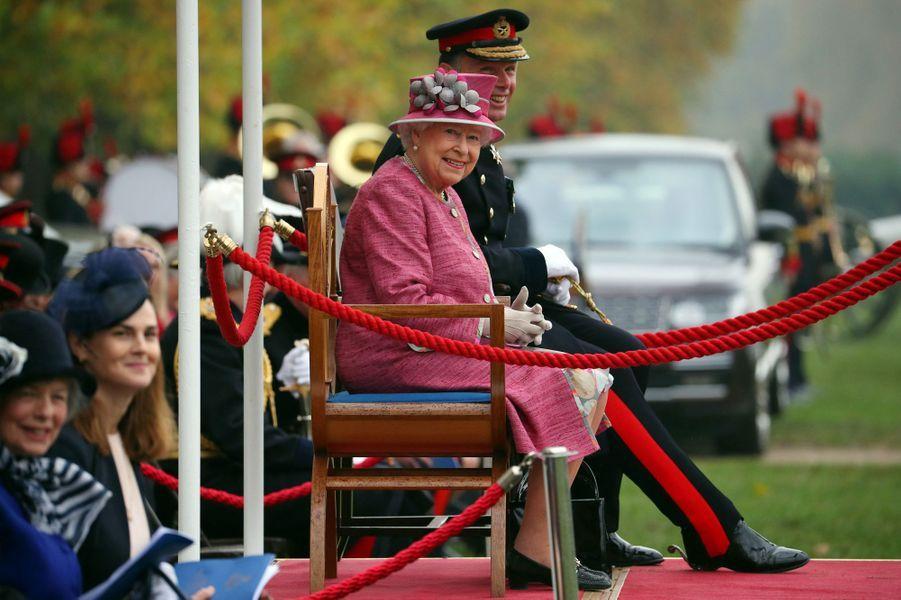 La reine Elizabeth II fête les 70 ans du King's Troop Royal Horse Artillery à Londres, le 19 octobre 2017
