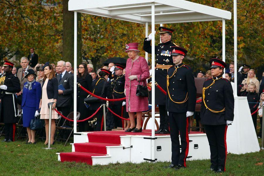 La reine Elizabeth II fête les 70 ans du King's Troop Royal Horse Artillery à Hyde Park à Londres, le 19 octobre 2017