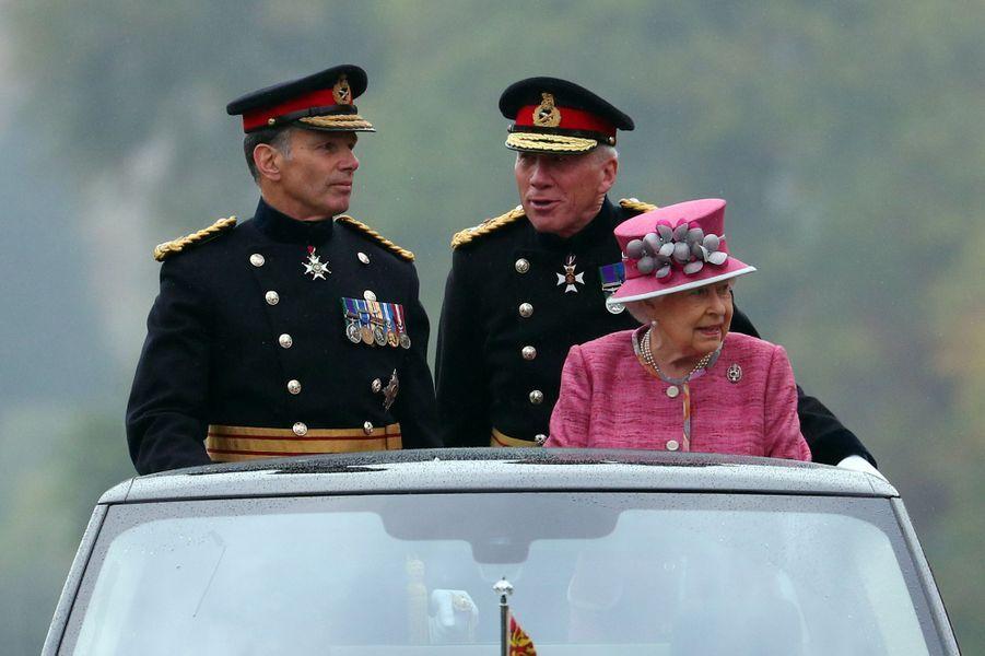 La reine Elizabeth II passe en revue le King's Troop Royal Horse Artillery à Londres, le 19 octobre 2017