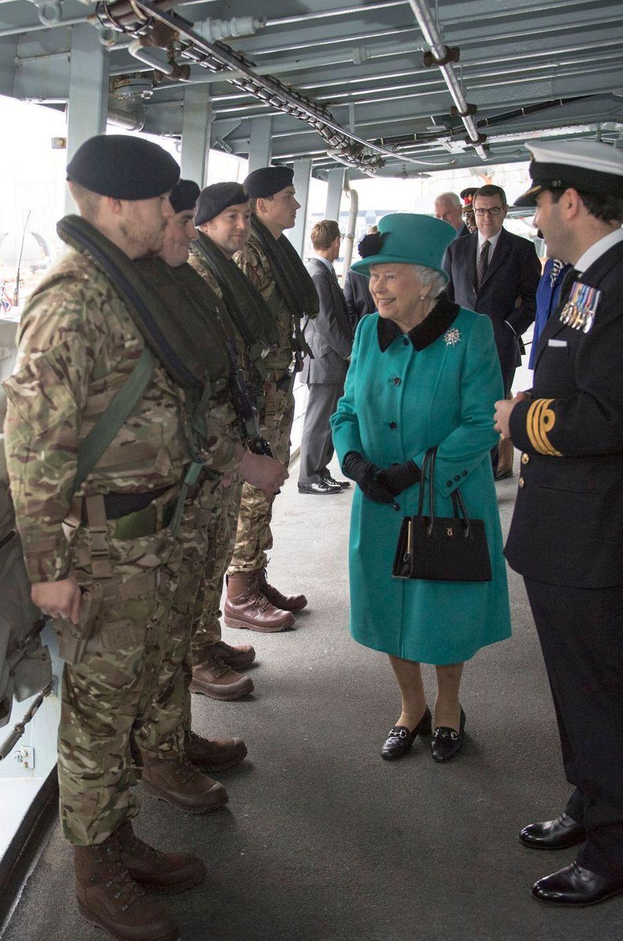 La reine Elizabeth II sur le HMS Sutherland à Londres, le 23 octobre 2017