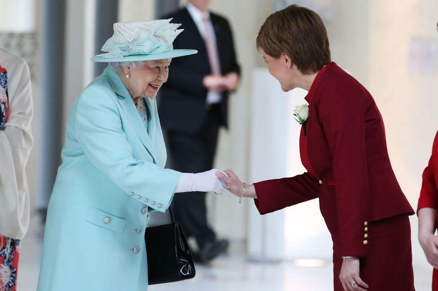 La reine Elizabeth II avec le Première ministre d'Ecosse Nicola Sturgeon à Edimbourg, le 2 juillet 2016