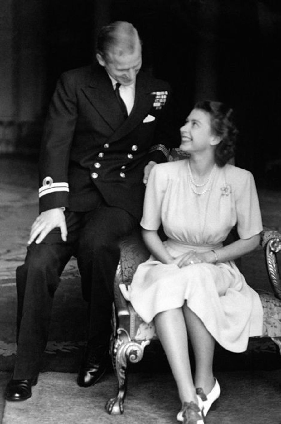 La princesse Elizabeth avec le prince Philip le jour de leurs fiançailles, le 10 juillet 1947