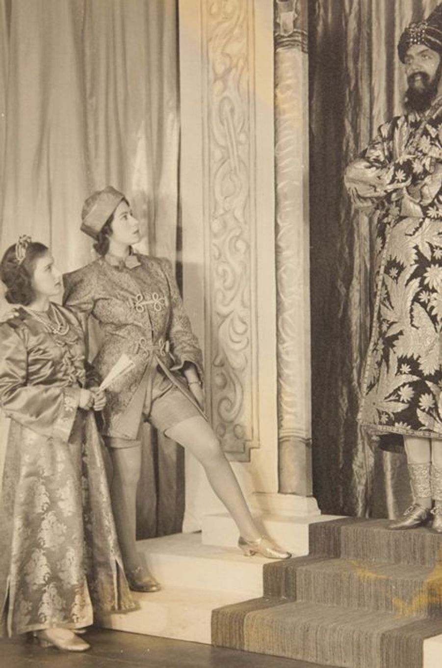 La princesse Elizabeth avec sa soeur la princesse Margaret dans un spectacle, en 1943