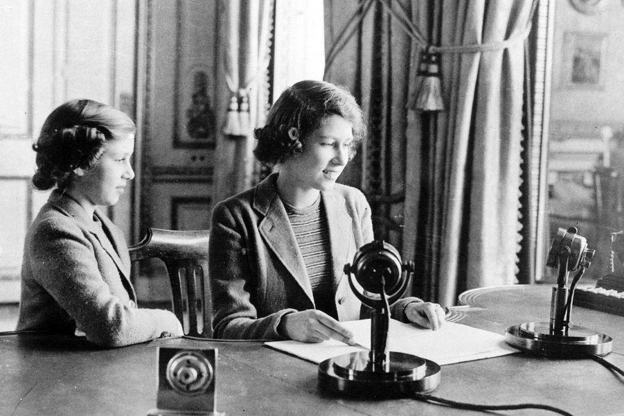 La princesse Elizabeth avec sa soeur la princesse Margaret, le 13 octobre 1940