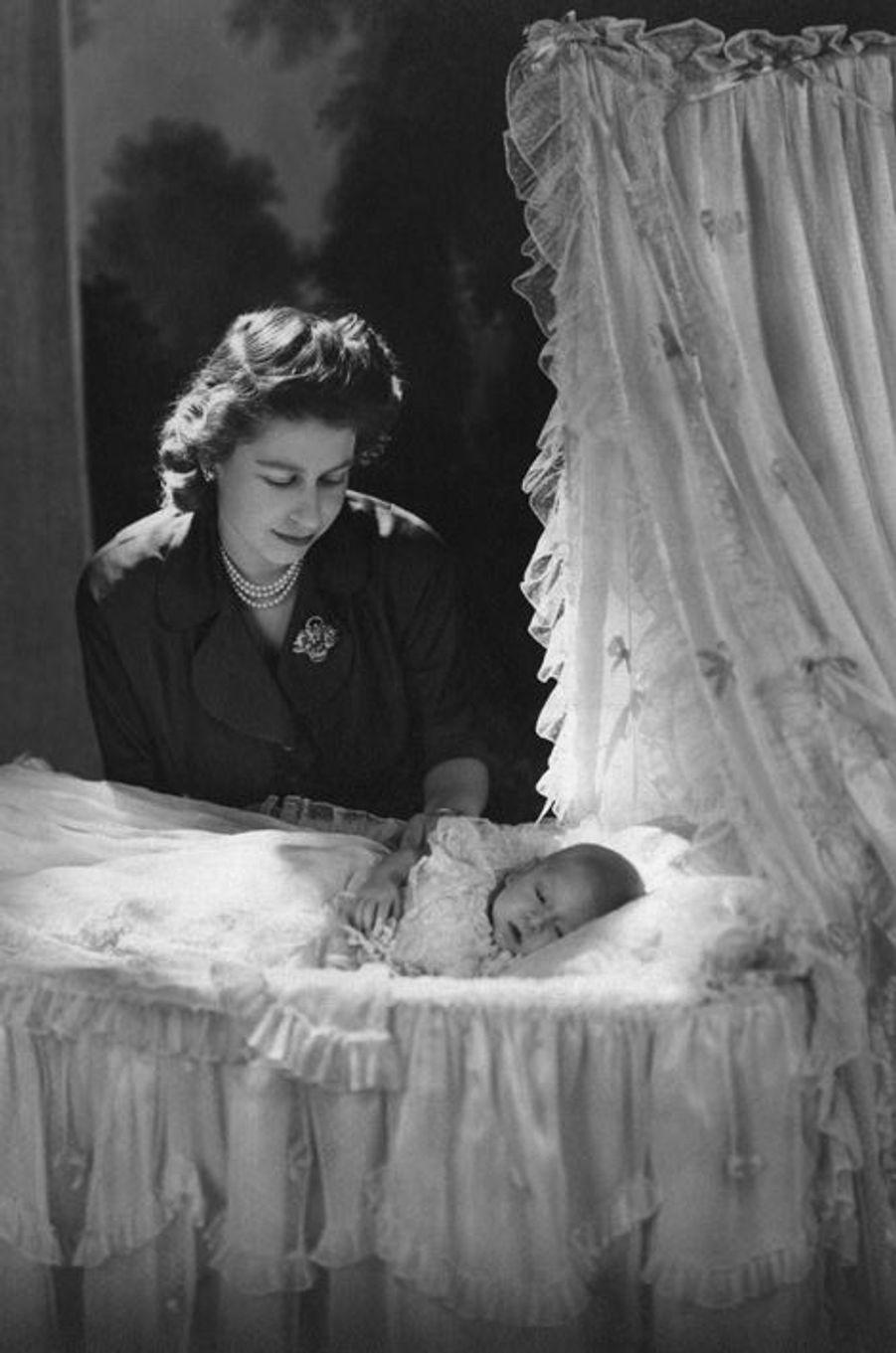 La princesse Elizabeth avec son fils le prince Charles, en 1948