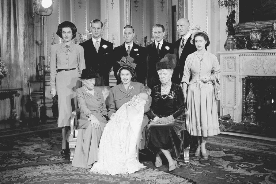 La princesse Elizabeth avec son fils le prince Charles et la famille royale britannique, le 15 décembre 1948