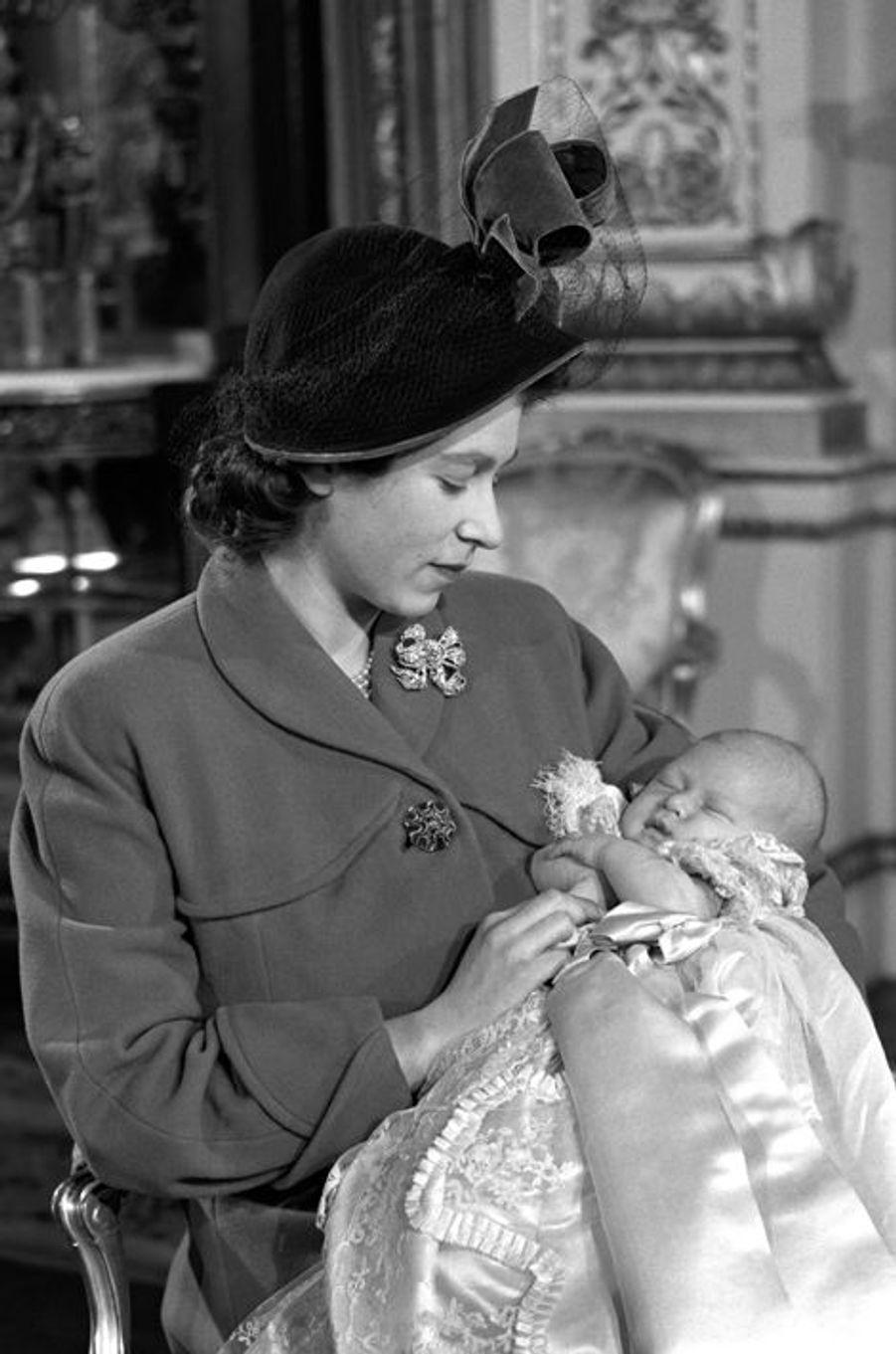 La princesse Elizabeth avec son fils le prince Charles, le 15 décembre 1948
