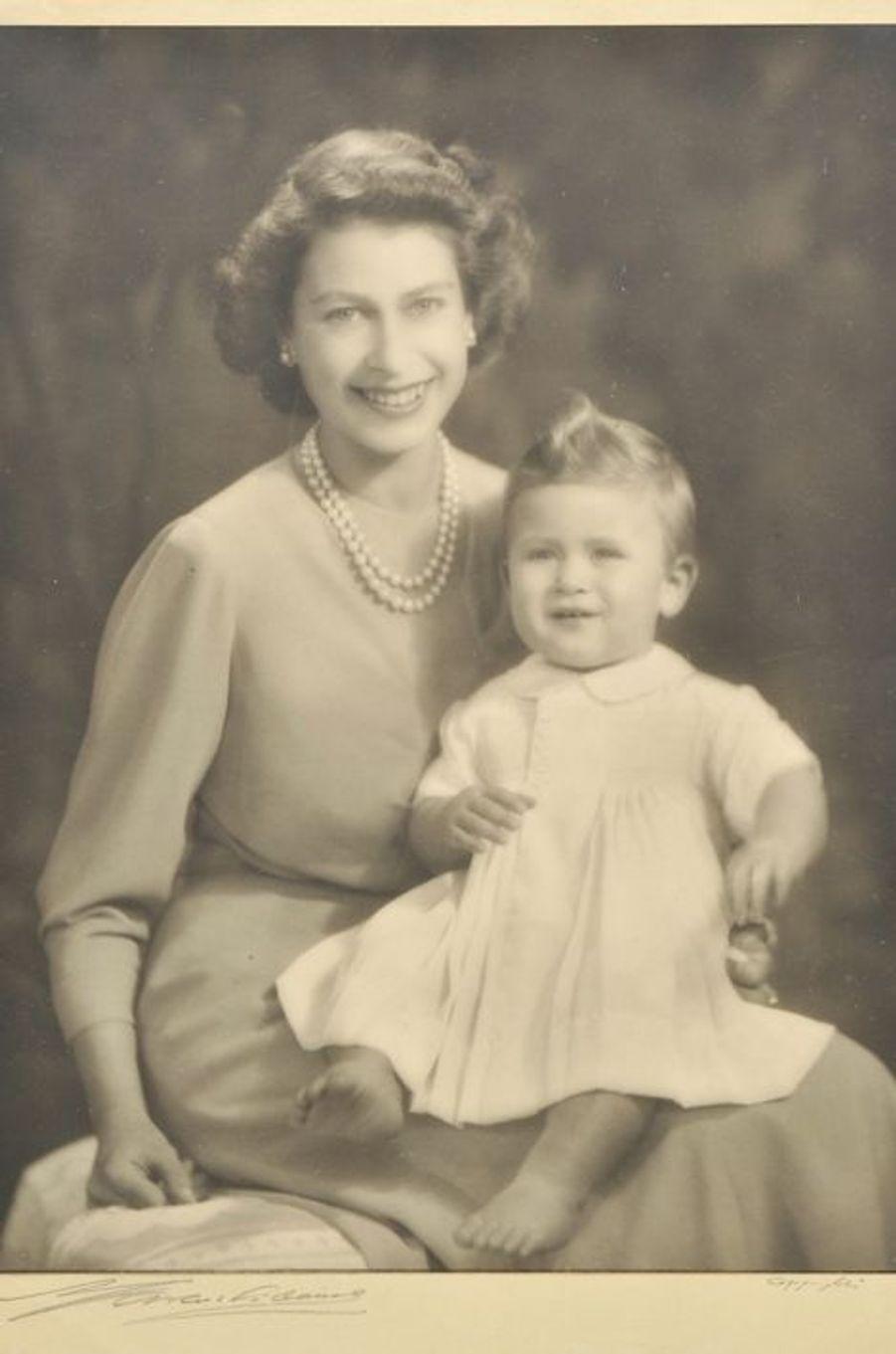 La princesse Elizabeth avec son fils le prince Charles, le 26 octobre 1949