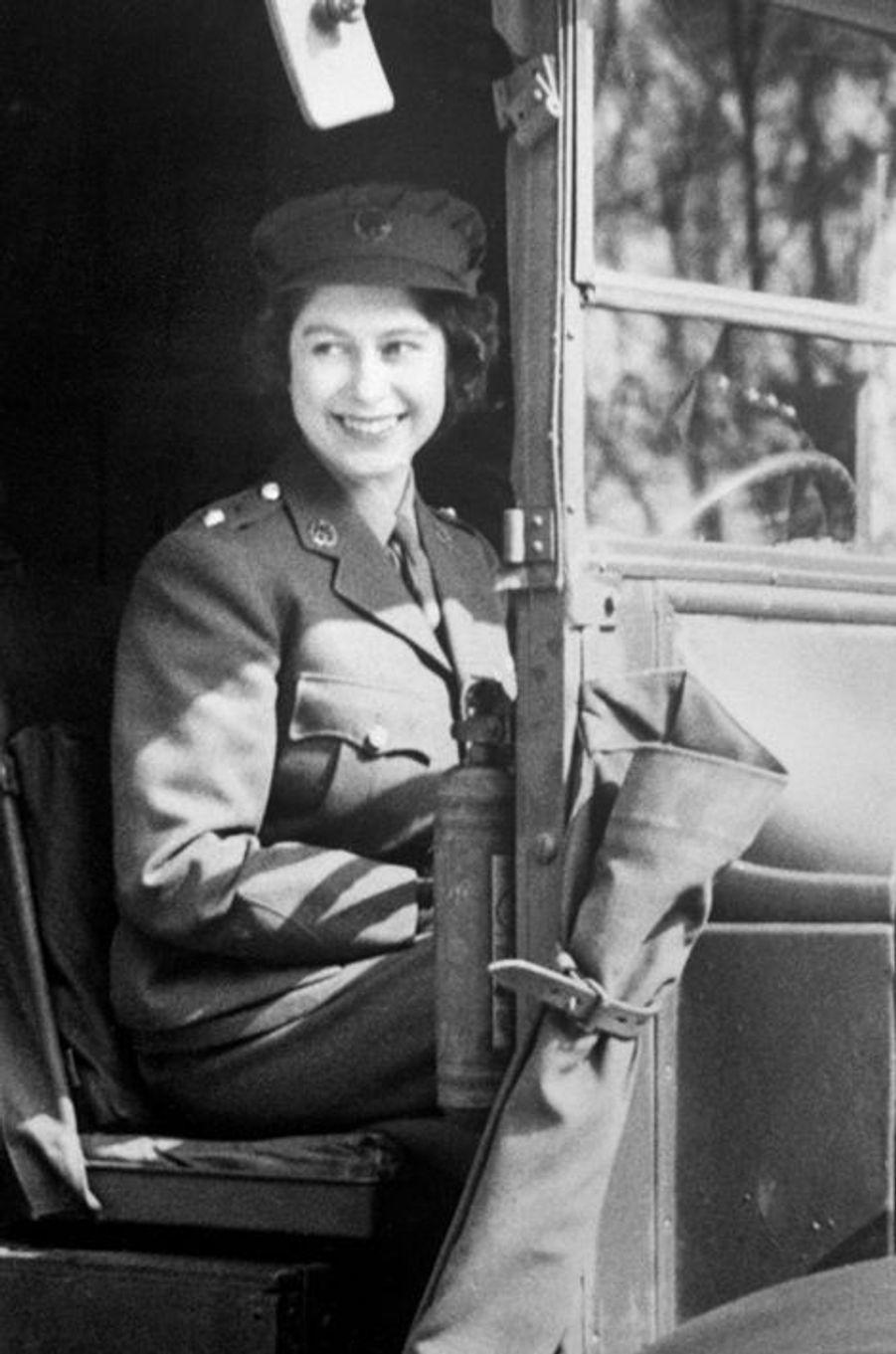 La princesse Elizabeth dans son ambulance militaire, en 1945