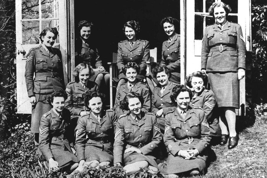 La princesse Elizabeth (en haut au centre), en 1945
