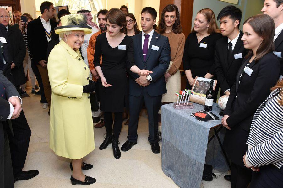 Elizabeth II débute décembre en jaune poussin