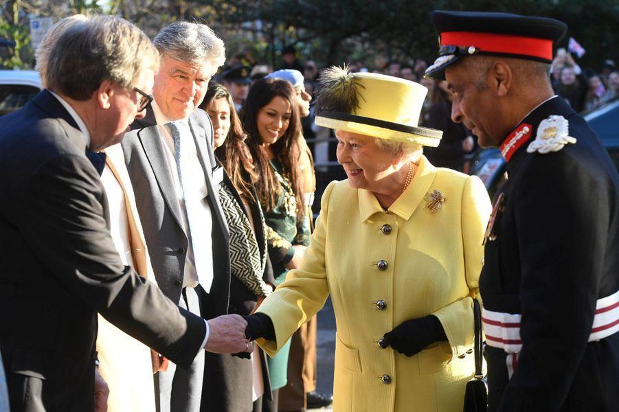 La reine Elizabeth II en jaune poussin à Londres, le 1er décembre 2016