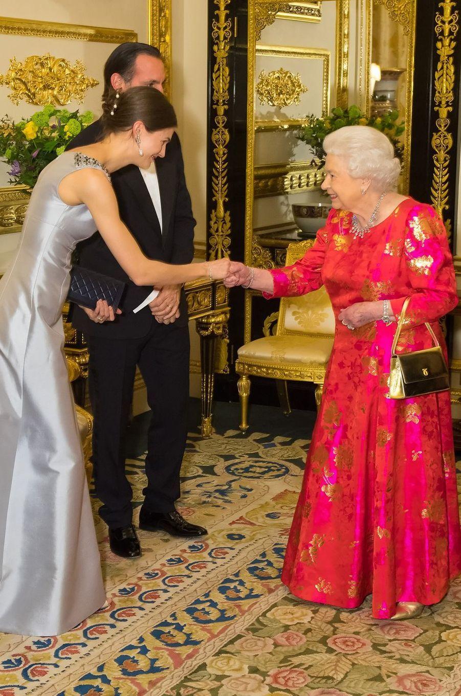 La reine Elizabeth II salue la princesse Salwa Aga Khan à Windsor, le 8 mars 2018