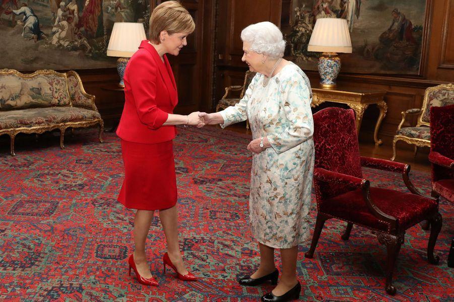 La reine Elizabeth II reçoit la Première ministre écossaise Nicola Surgeon à Edimbourg, le 4 juillet 2017