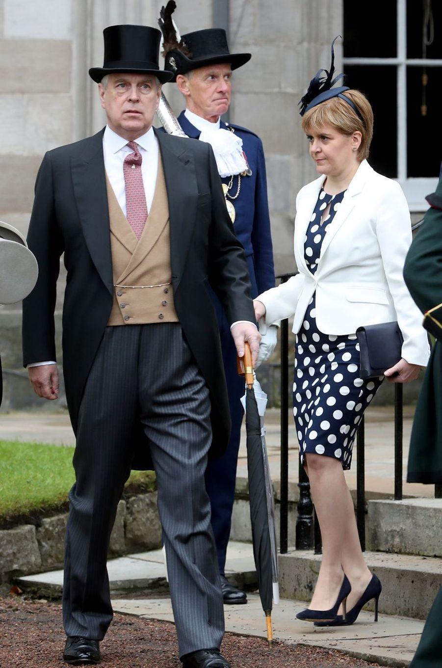 Le prince Andrew avecNicola Surgeon à Edimbourg, le 4 juillet 2017