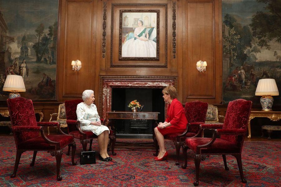La reine Elizabeth II avec la Première ministre écossaise Nicola Surgeon à Edimbourg, le 4 juillet 2017
