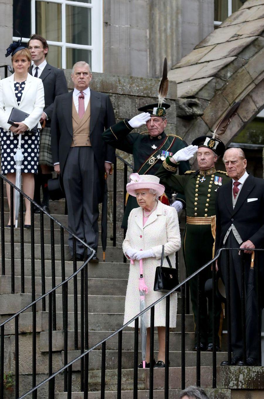 La reine Elizabeth II avec les princes Philip et Andrew à Edimbourg, le 4 juillet 2017