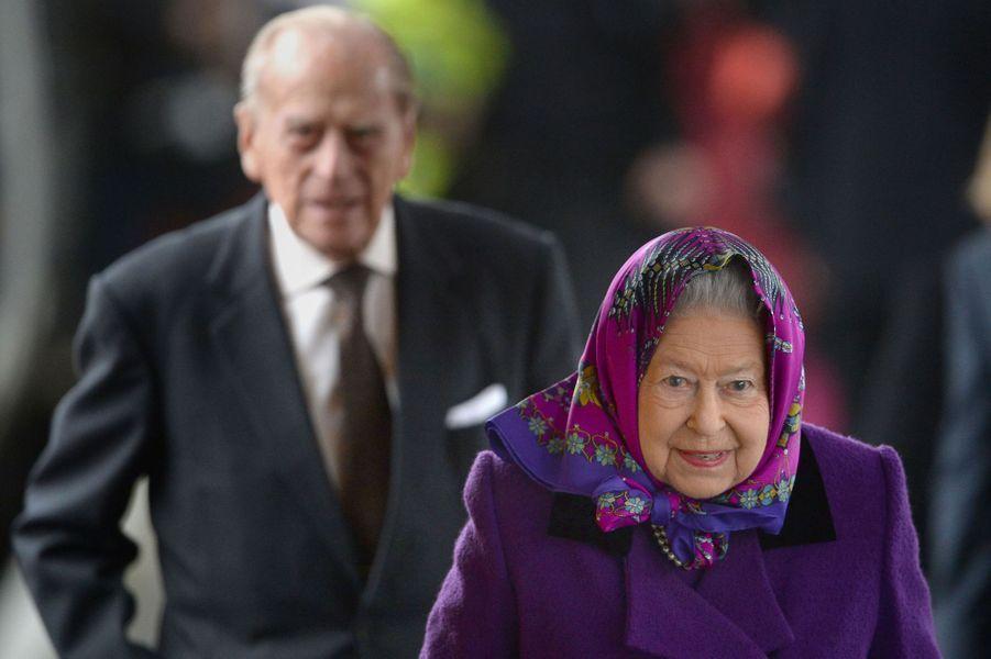 La reine Elizabeth II avec le prince Philip à la gare de King's Lynn dans le Norfolk, le 21 décembre 2017