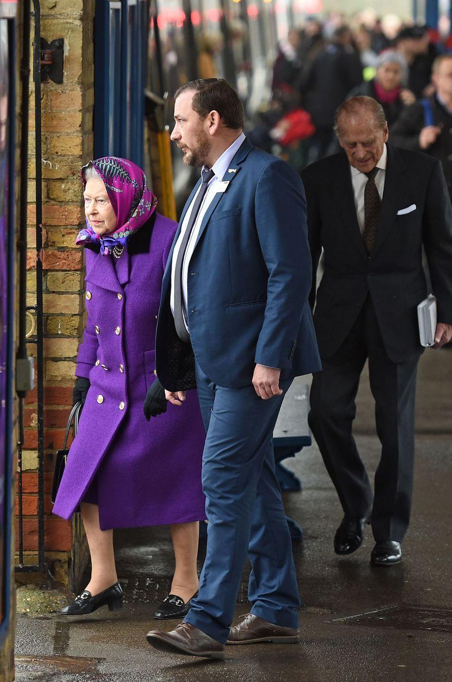 La reine Elizabeth II et le prince Philip à la gare de King's Lynn dans le Norfolk, le 21 décembre 2017