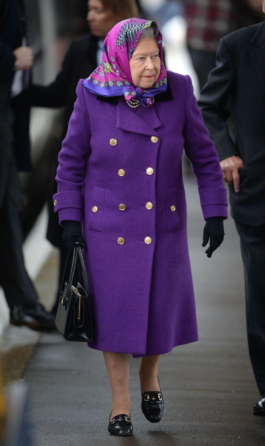 La reine Elizabeth II à la gare de King's Lynn dans le Norfolk, le 21 décembre 2017
