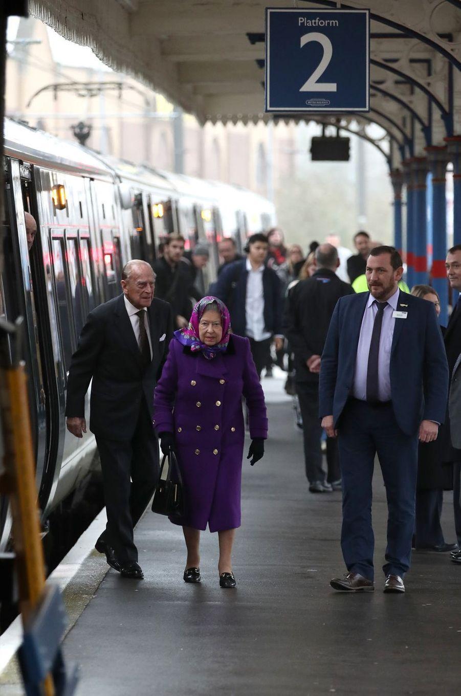 La reine Elizabeth II et le prince Philip arrivent à la gare de King's Lynn dans le Norfolk, le 21 décembre 2017