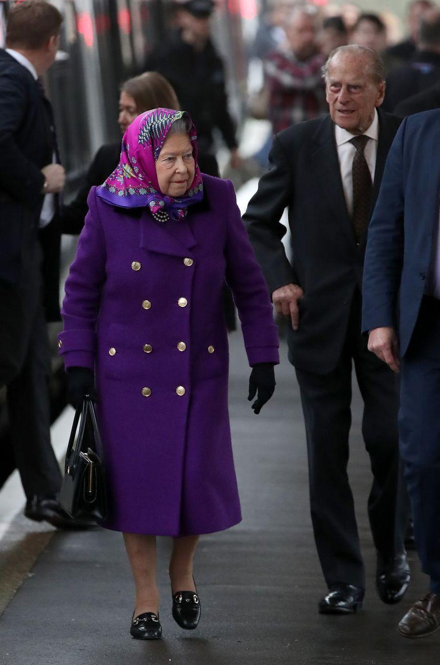 La reine Elizabeth II et le prince Philip à la gare de King's Lynn, le 21 décembre 2017