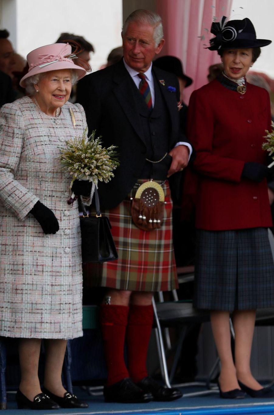 La reine Elizabeth II avec le prince Charles et la princesse Anne au Highlands Braemar Gathering, le 2 septembre 2017