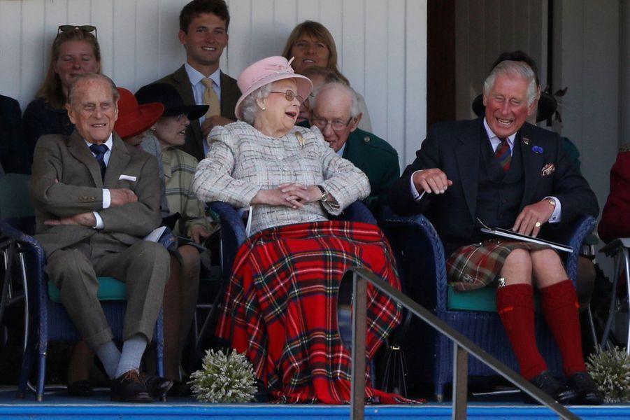 La reine Elizabeth II avec les princes Philip et Charles au Highlands Braemar Gathering en Ecosse, le 2 septembre 2017