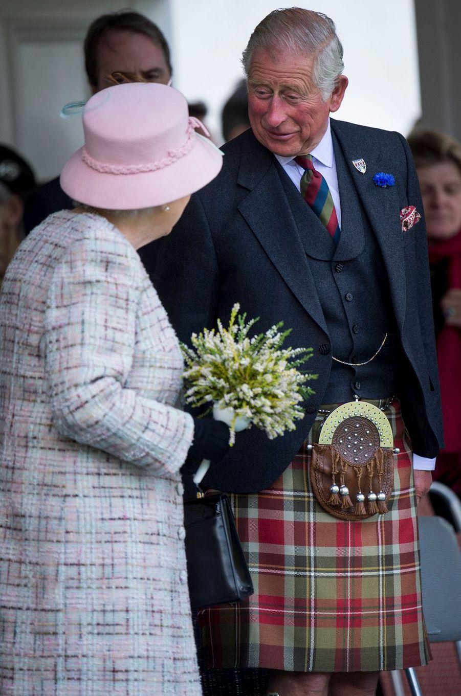 La reine Elizabeth II et le prince Charles au Highlands Braemar Gathering en Ecosse, le 2 septembre 2017