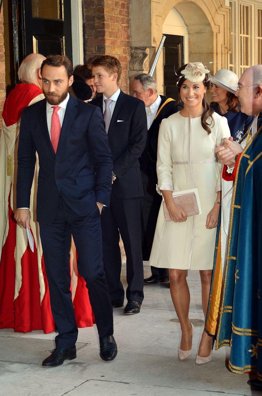 Hugh Grosvenor derrière James et Pippa Middleton lors du baptême du prince George de Cambridge à Londres, le 23 octobre 2013