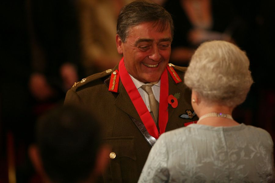 La reine Elizabeth II décore de l'ordre de Bath le duc de Westminster à Londres, le 4 novembre 2008