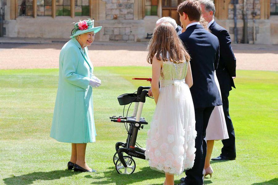 La reine Elizabeth II a fait chevalier Tom Moore, l'ancien combattant centenaire qui a récolté des millions de livres pour les soignants britanniques.