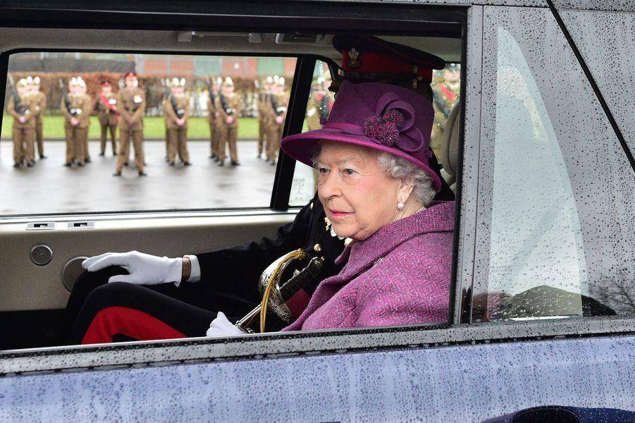 La reine Elizabeth II passe les troupes en revue en voiture à Tidworth, le 3 mars 2017
