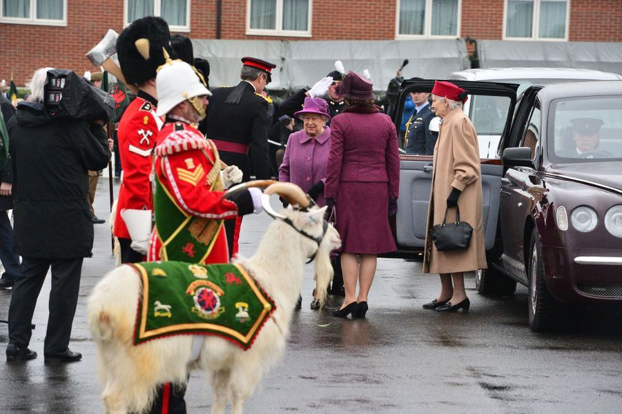 La reine Elizabeth II à Tidworth avec le Royal Welsh Regiment, le 3 mars 2017