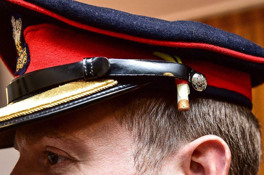 """Le """"poireau"""" remis par Elizabeth II à des militaires est épinglé sur leur casquette à Tidworth, le 3 mars 2017"""