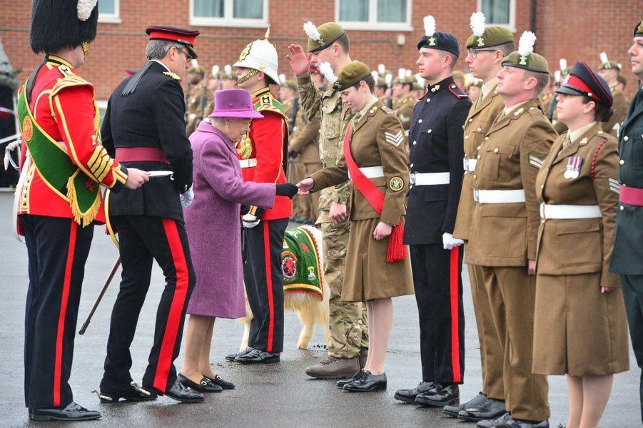 """La reine Elizabeth II remet le """"poireau"""" à des militaires à Tidworth, le 3 mars 2017"""