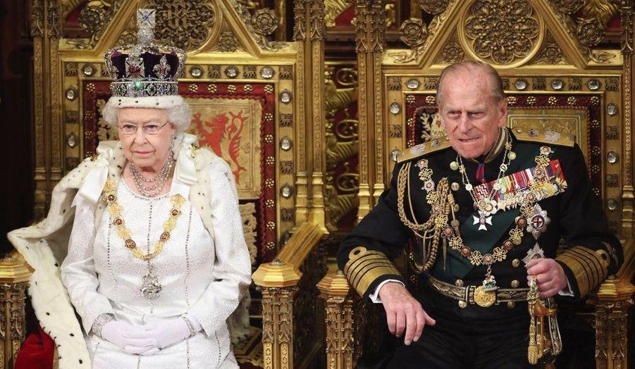 La Reine d'Angleterre a prononcé son traditionnel discours mercredi à l'occasion de l'ouverture de la session parlementaire à Londres. Elizabeth II a quitté le palais de Buckingham en carrosse pour rejoindre le parlement de Westminster. Après avoir traversé la galerie royale avec le duc d'Edimbourg, la monarque a annoncé une vingtainede projets de loi dont une réforme de la Chambre des Lords et des mesures économiques contre l'austérité. Un cérémonial spectaculaire, prélude aux cérémonies du jubilé de diamant qui débuteront le 2 juin prochain.