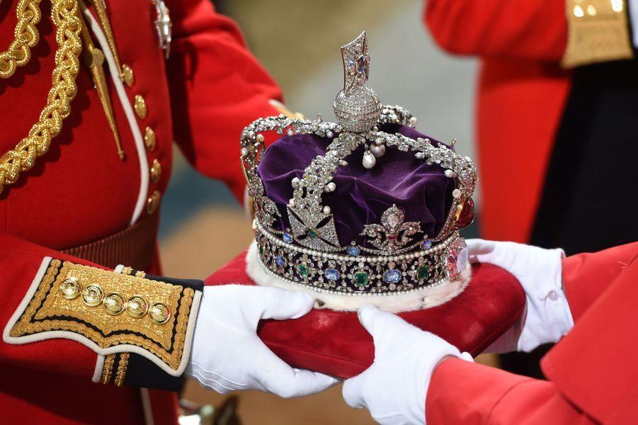 La couronne impériale d'apparat de la reine Elizabeth II au Parlement à Londres, le 18 mai 2016