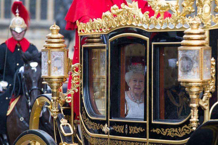 La reine Elizabeth II dans son carrosse à Londres, le 18 mai 2016